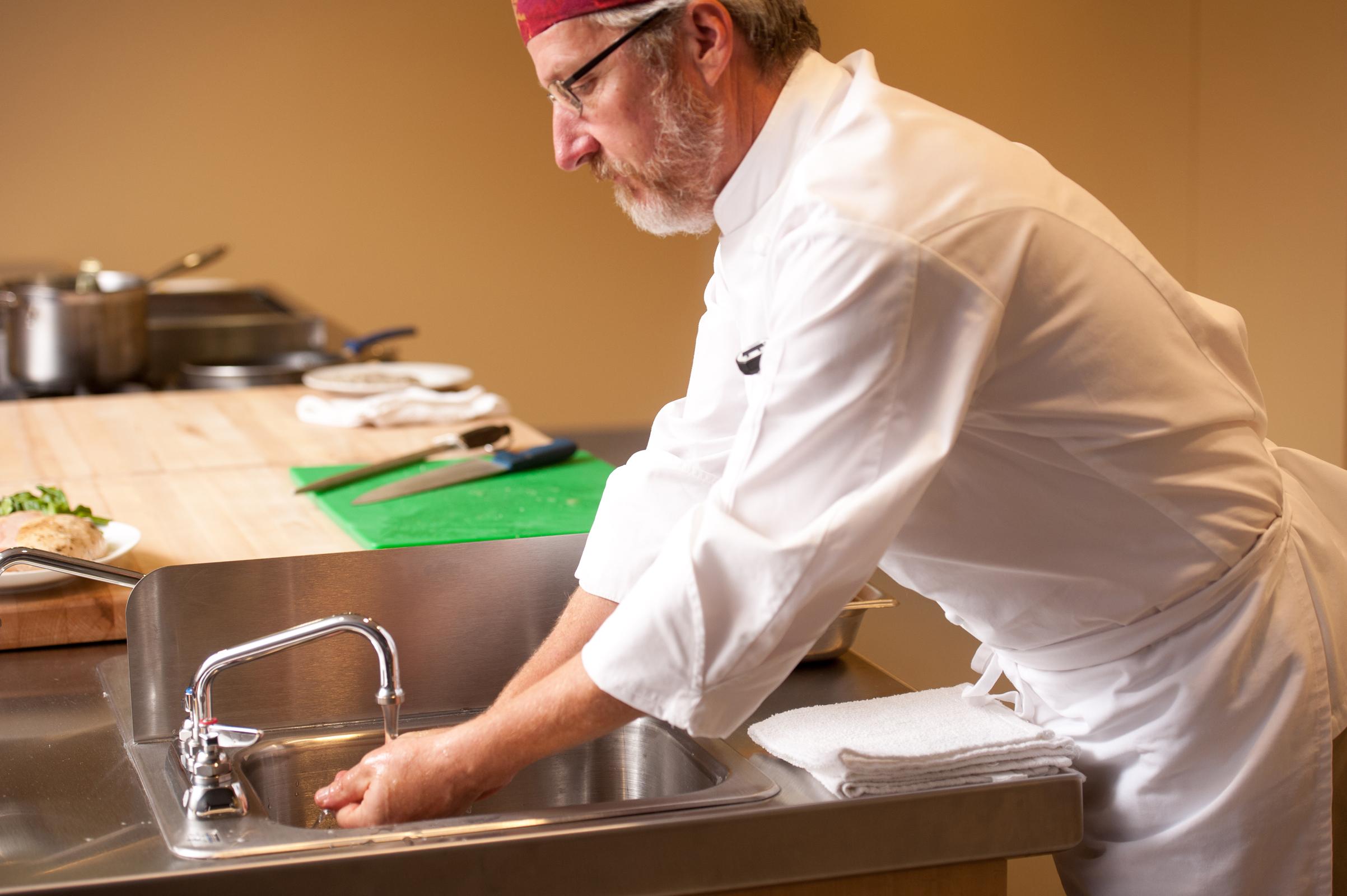 R chemical expertos en tratamiento de agua cloraci n for Lavado de manos en la cocina
